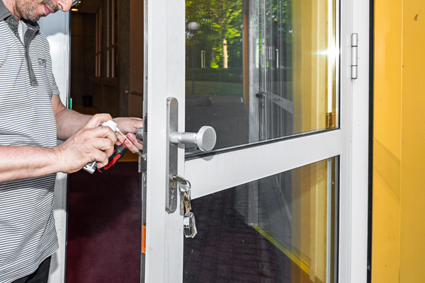 huismeester repareert een slot tijdens de zomervakantie, agora - nikee school roermond