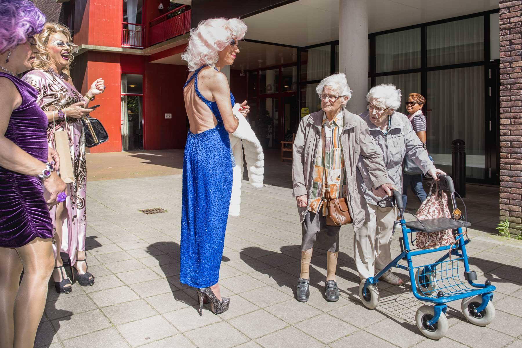 5 bekende amsterdamse drags op toer langs verpleeghuizen
