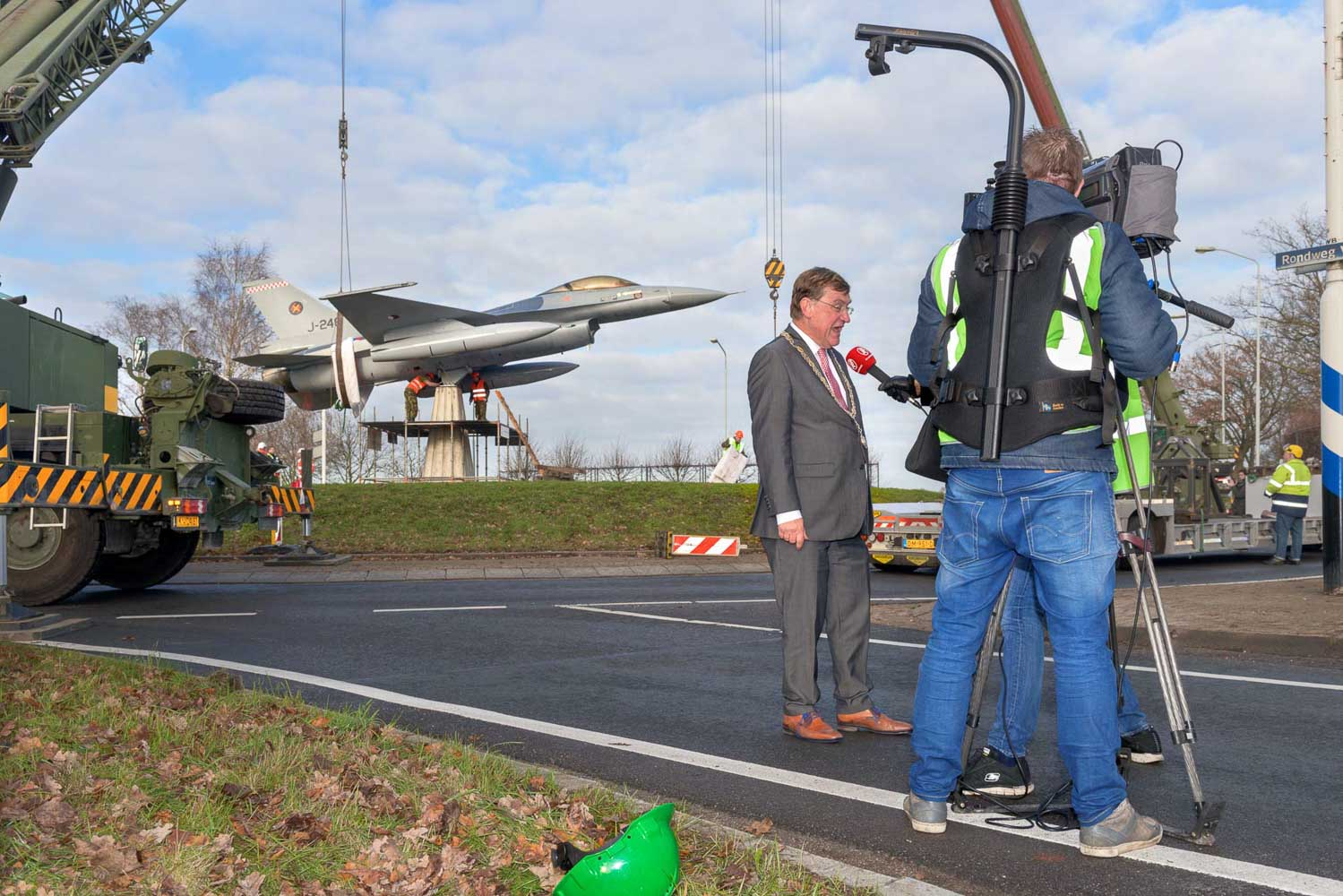 Plaatsing f16 rotonde Volkel | sasfotos nl