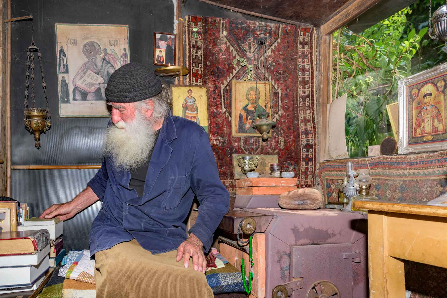 Josef in zijn eigen grieks orthodoxe kerkje voor de zelkrant