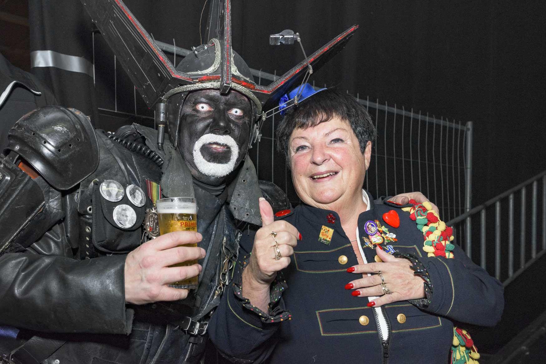 Beppie Kraft treedt op in de Muziekgieterij op een feest van sambaband Segura! | sas schilten fotografie