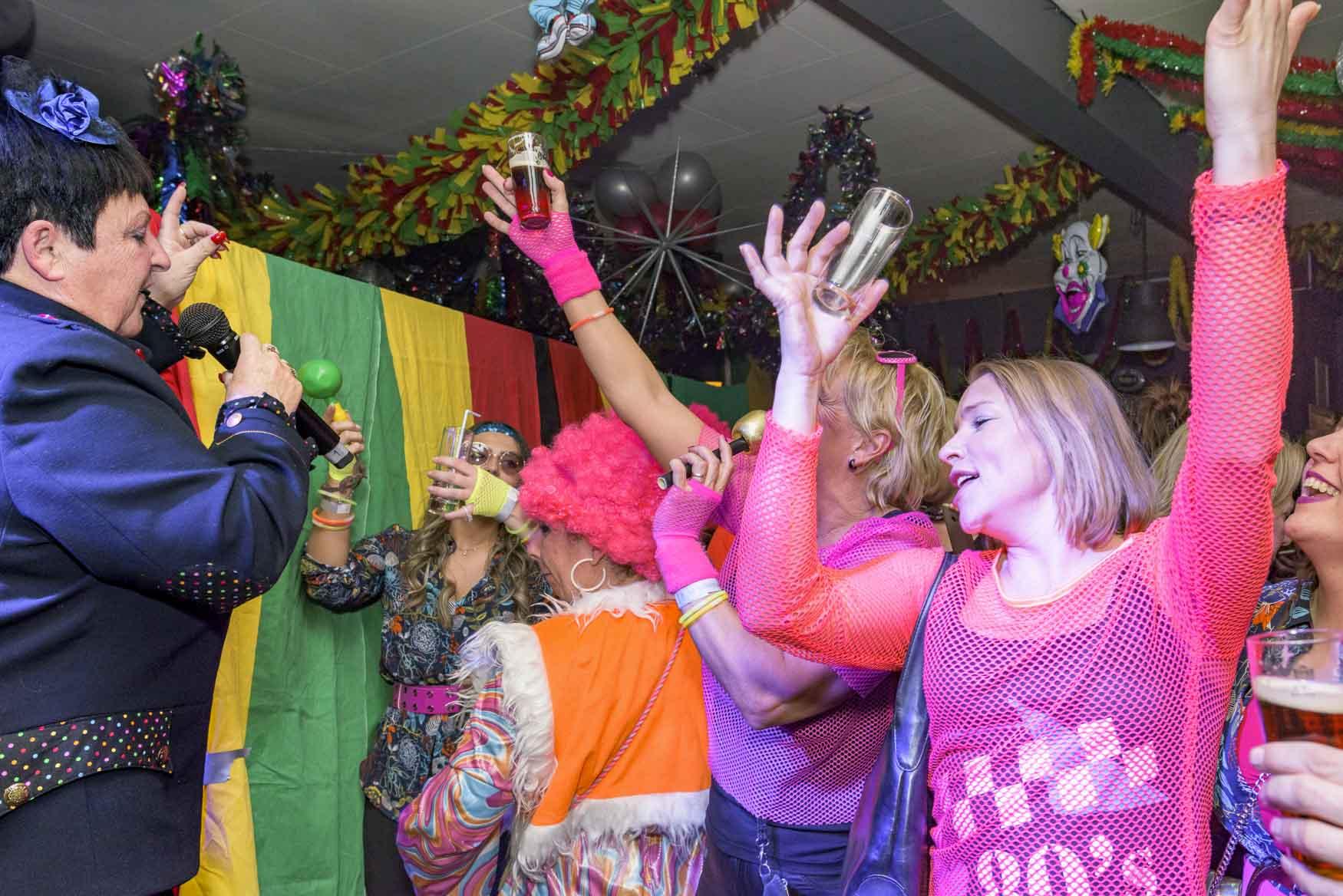 Beppie Kraft treedt op tijdens carnaval bij voetbalclub RKVVL/Polaris in Maastricht | sas schilten fotografie