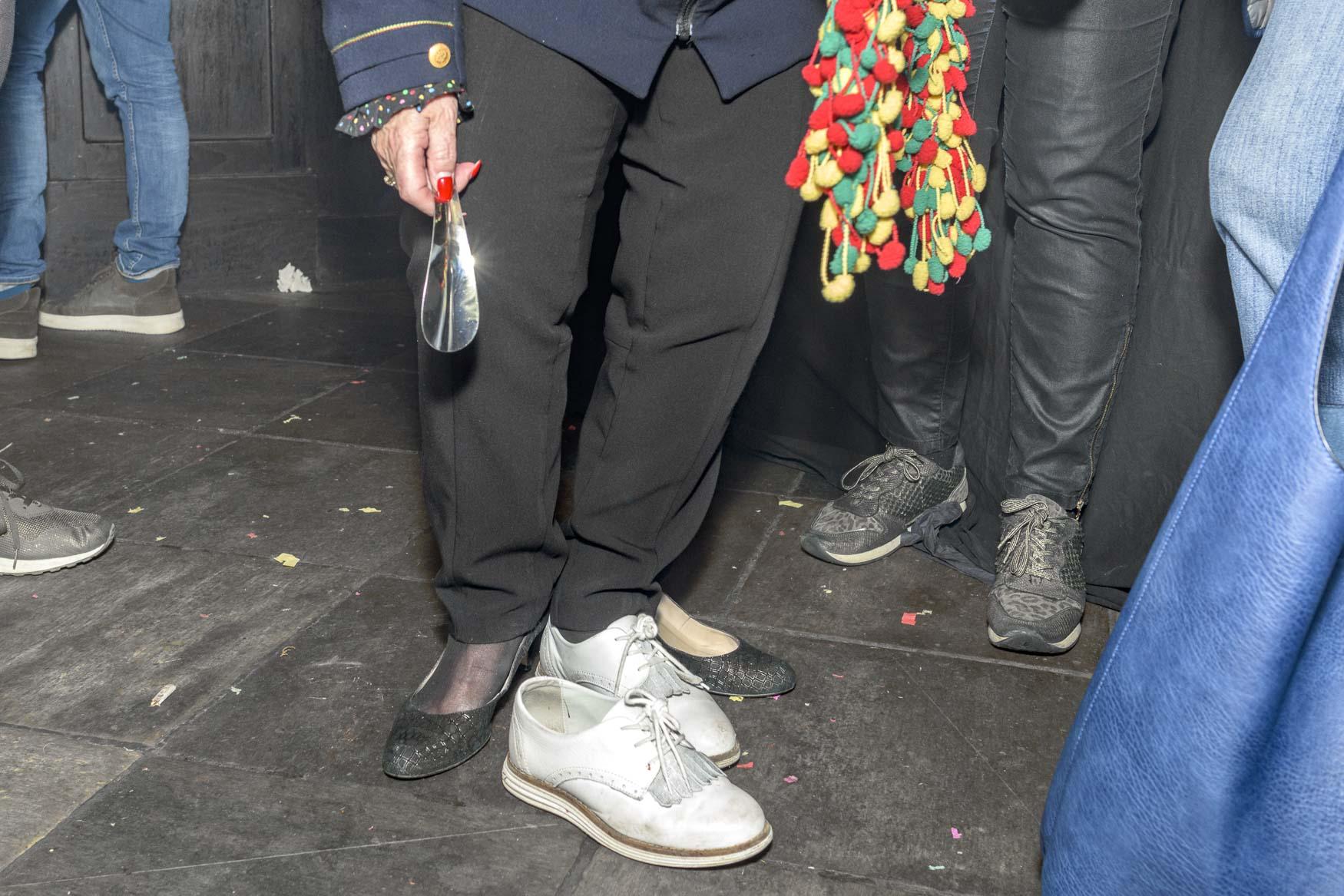 Weinig tijd om om te kleden, snel ter plekke schoenen wisselen en Beppie Kraft is weer klaar voor het volgende optreden | sas schilten fotografie
