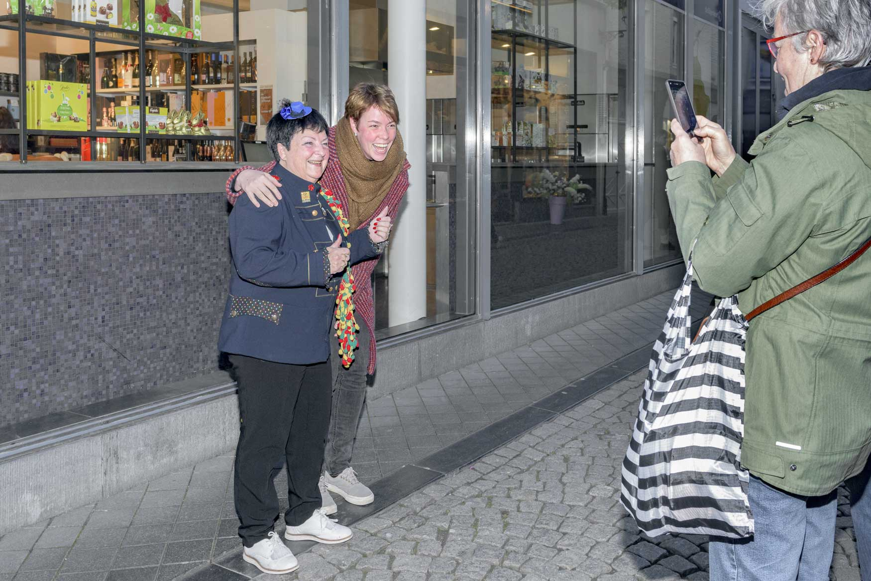 Zangeres Beppie Kraft wordt ook op straat in Maastricht veelvuldig herkend | sas schilten fotografie