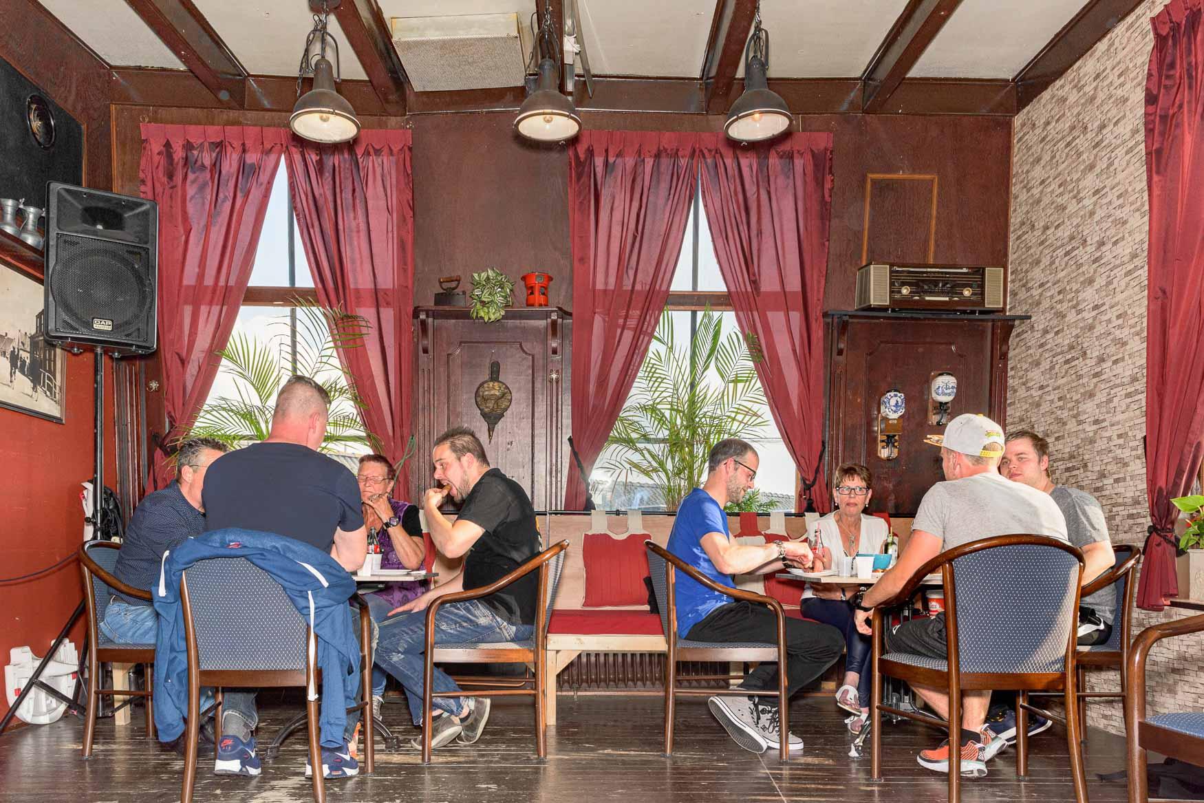 7e frikandellen eetwedstrijd in Cafe Vrouwenhemel te Werkendam | Sas Schilten Fotografie
