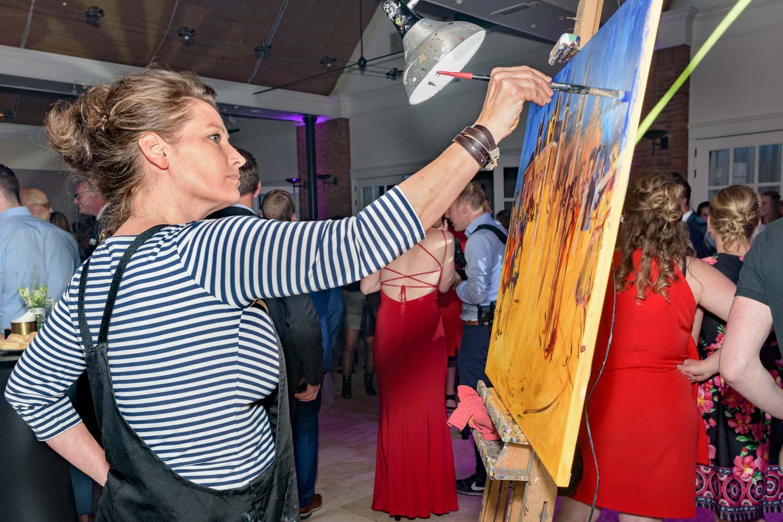 Beginnen met een basis kleur en ondergrond | Live Paint op trouwfeest voor de volkskrant | sas schilten fotografie