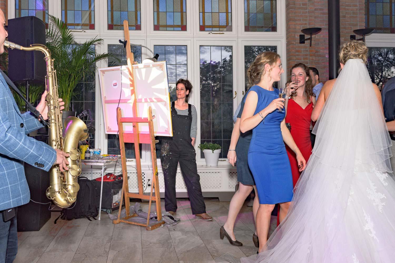 temidden van het feest met de kwasten en verf | Live Paint op trouwfeest voor de volkskrant | sas schilten fotografie