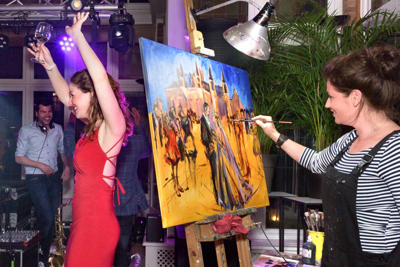 als het feest in volle gang is maakt Marcelle Schoenmakers het schilderij af | Live Paint op trouwfeest voor de volkskrant | sas schilten fotografie