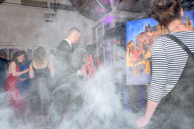 temidden van het feest met de kwasten en verf   Live Paint op trouwfeest voor de volkskrant   sas schilten fotografie