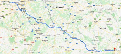 Stilstaande file van 1000 km ter visualisatie van 200.000 personen (auto's) die hun onderkomen hebben op vakantieparken en campings in Nederland