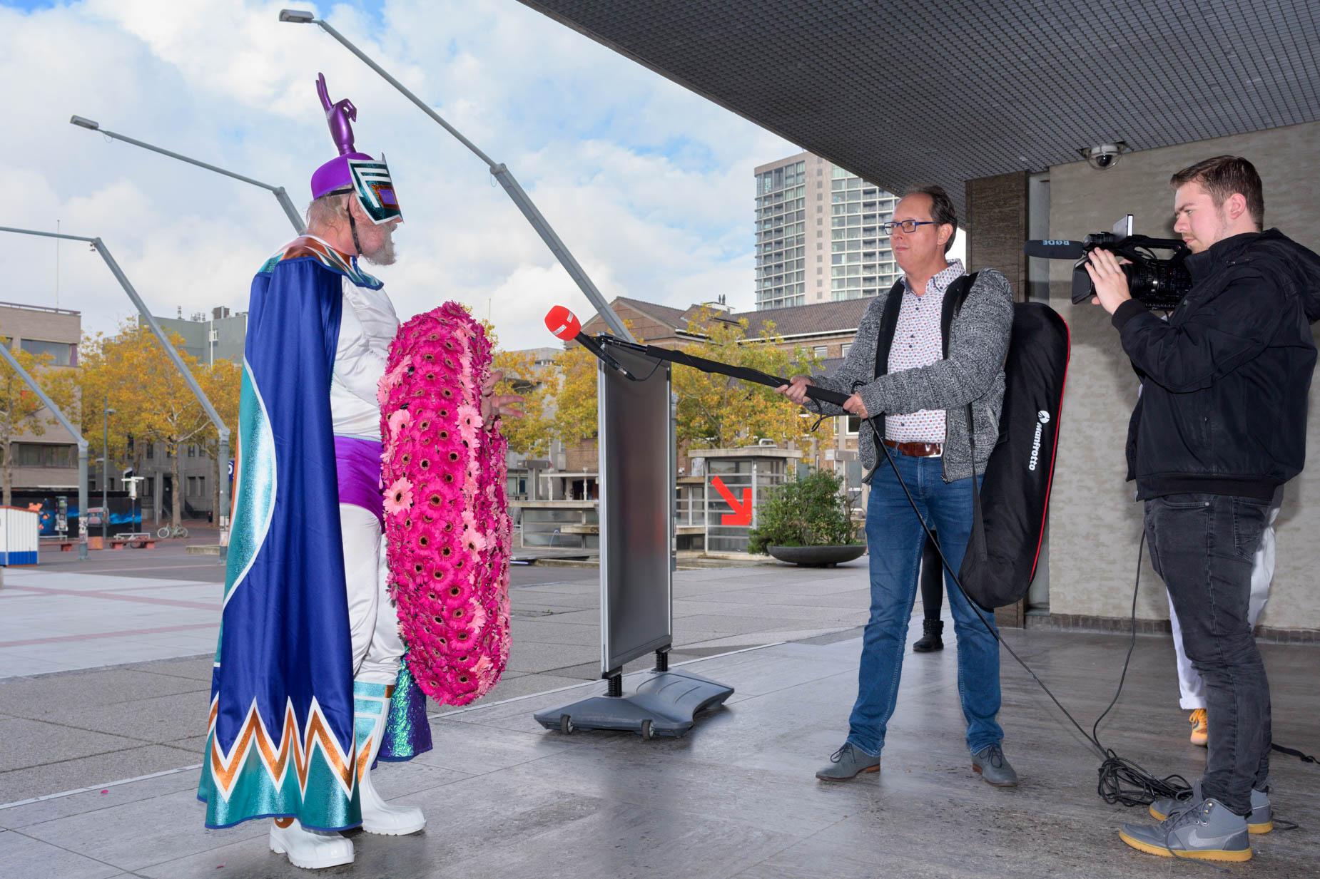 PEACEMAN bracht een vredeskrans naar burgemeester Jorritsma van Eindhoven | Sas Schilten Fotografie