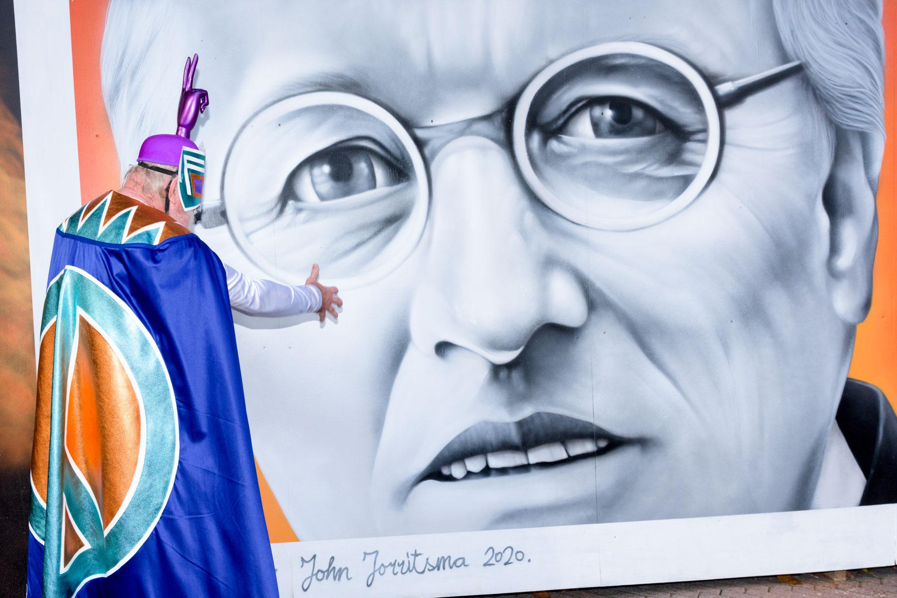 De burgemeester gaf niet thuis en daarom werd de graffiti van burgemeester Jorritsma maar door peaceman toegesproken | Sas Schilten Fotografie